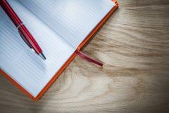 Opinión superior abierta de la pluma del biro del cuaderno imagenes de archivo