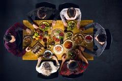 Opinión superior amigos en la tabla con la comida Foto de archivo