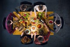 Opinión superior amigos en la tabla con la comida Imágenes de archivo libres de regalías