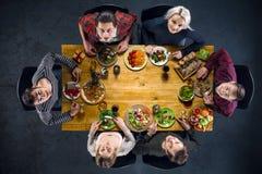 Opinión superior amigos en la tabla con la comida Fotografía de archivo