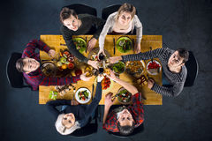 Opinión superior amigos en la tabla con la comida Imagenes de archivo