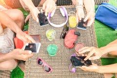 Opinión superior amigos multirraciales con smartphone móvil Imagenes de archivo