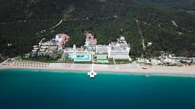 Opinión superior asombrosa sobre hotel de lujo tropical con la piscina en el océano cercano vídeo Vista superior del hotel de luj almacen de metraje de vídeo