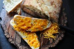 Opinión superior caseosa del pan de ajo Foto de archivo libre de regalías