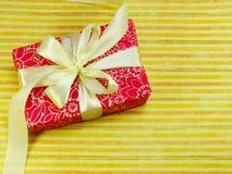 Opinión superior colorida de la caja de regalo con el fondo de la copia del espacio Fotos de archivo libres de regalías