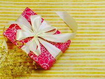 Opinión superior colorida de la caja de regalo con el fondo de la copia del espacio Fotografía de archivo