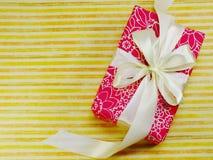 Opinión superior colorida de la caja de regalo con el fondo de la copia del espacio Imagenes de archivo