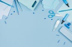 Opinión superior como frontera decorativa en fondo en colores pastel suave, visión superior de los efectos de escritorio azules d imagen de archivo