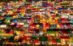 Opinión superior comprobada del mercado de la noche del modelo Fotografía de archivo