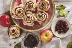 Opinión superior de Apple de la torta hecha en casa de la rosa Foto de archivo libre de regalías