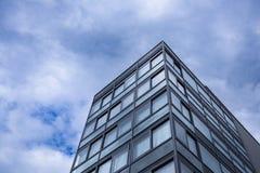 Opinión superior de cristal moderna de la extremidad del edificio de oficinas de la tierra inferior Cielo con las nubes en fondo  fotografía de archivo