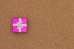 Opinión superior de la caja de regalo sobre fondo de madera Imágenes de archivo libres de regalías