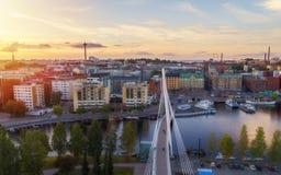 Opinión superior de la ciudad de Tampere en la puesta del sol Cielo y nubes hermosos fotos de archivo