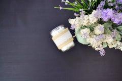Opinión superior de la decoración de la lavanda y un tarro de cristal Imagen de archivo libre de regalías