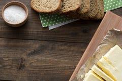 Opinión superior de la mantequilla, del pan y de la sal Imagen de archivo