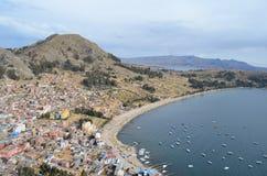 Opinión superior de la montaña del lago Titicaca, Copacabana Fotografía de archivo