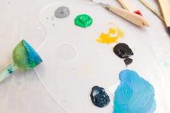Opinión superior de la paleta colorida Art Studio Foto de archivo libre de regalías