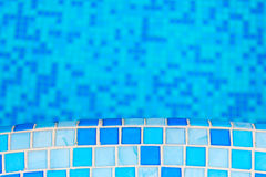 Opinión superior de la piscina con el piso y la escalera fotos de archivo