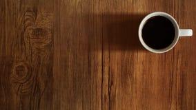 Opinión superior de la taza de café sobre fondo de madera de la tabla Imagen de archivo libre de regalías