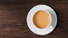 Opinión superior de la taza y del platillo de café sobre la madera Imagenes de archivo