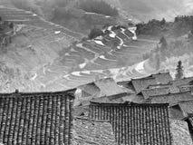 Opinión superior de la terraza y del tejado del arroz del pueblo remoto de Chininese Foto de archivo