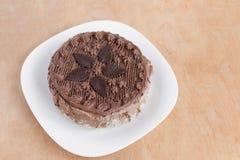 Opinión superior de la torta de chocolate sobre la tabla de madera del fondo imagen de archivo libre de regalías
