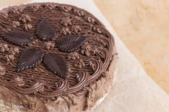 Opinión superior de la torta de chocolate sobre la tabla de madera del fondo imagenes de archivo