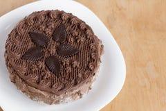 Opinión superior de la torta de chocolate sobre la tabla de madera del fondo foto de archivo