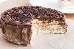 Opinión superior de la torta del corte del chocolate sobre la tabla de madera del fondo imagen de archivo libre de regalías