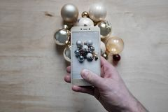 Opinión superior de las decoraciones del árbol de navidad del teléfono Imagenes de archivo