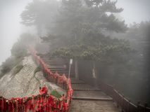 Opinión superior de las escaleras de la montaña de Huashan con la niebla y la niebla - Xian, provincia de Shaaxi, China imagenes de archivo