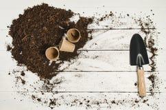 Opinión superior de las herramientas que cultivan un huerto sobre el fondo de madera blanco de los tablones Fotografía de archivo libre de regalías