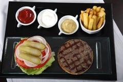 Opinión superior de las patatas fritas y de las salsas de la hamburguesa Fotos de archivo libres de regalías