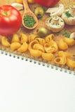 Opinión superior de las recetas de las pastas del tomate de la seta del perejil del ajo Foto de archivo libre de regalías