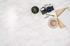Opinión superior de los accesorios del viaje sobre el fondo de mármol blanco de la tabla Imagenes de archivo