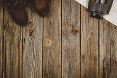 Opinión superior de los accesorios del viaje sobre fondo de madera con el espacio de la copia Imagen de archivo libre de regalías