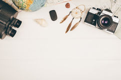 Opinión superior de los accesorios del viaje sobre fondo de madera con el espacio de la copia Fotografía de archivo