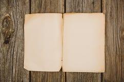 Opinión superior de los accesorios del viaje sobre fondo de madera con el espacio de la copia Foto de archivo libre de regalías