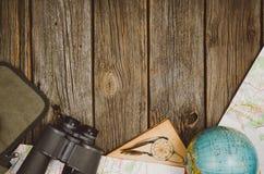 Opinión superior de los accesorios del viaje sobre fondo de madera con el espacio de la copia Imagenes de archivo