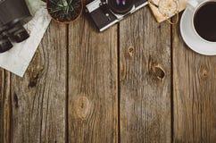 Opinión superior de los accesorios del viaje sobre fondo de madera con el espacio de la copia Fotos de archivo