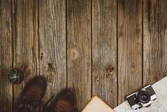 Opinión superior de los accesorios del viaje sobre fondo de madera con el espacio de la copia Foto de archivo