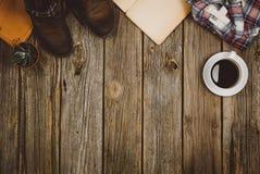 Opinión superior de los accesorios del viaje sobre fondo de madera con el espacio de la copia Fotos de archivo libres de regalías