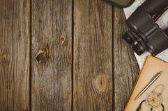 Opinión superior de los accesorios del viaje sobre fondo de madera con el espacio de la copia Fotografía de archivo libre de regalías