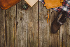 Opinión superior de los accesorios del viaje sobre fondo de madera con el espacio de la copia Imagen de archivo