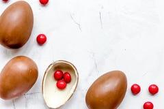 Opinión superior de los huevos de chocolate de Pascua sobre la mofa de piedra del fondo para arriba Foto de archivo libre de regalías