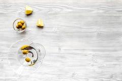 Opinión superior de Martini y de la coctelera del fondo de madera Fotografía de archivo libre de regalías