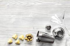 Opinión superior de Martini y de la coctelera del fondo de madera Foto de archivo
