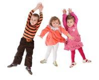 Opinión superior de mentira de tres niños Foto de archivo