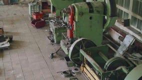 Opinión superior de Pamoramic de máquinas antiguas en taller anticuado almacen de video