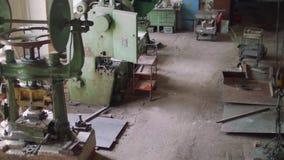 Opinión superior de Pamoramic de máquinas antiguas en taller anticuado metrajes